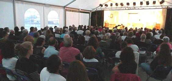 Pour cette première représentation, les spectateurs sont nombreux et le chapiteau affiche complet.